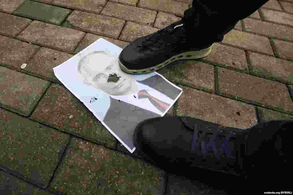Протестующие в центре Минска бросают на землю и рвут портреты президента России Владимира Путина. Фото: svaboda.org (RFE/RL)