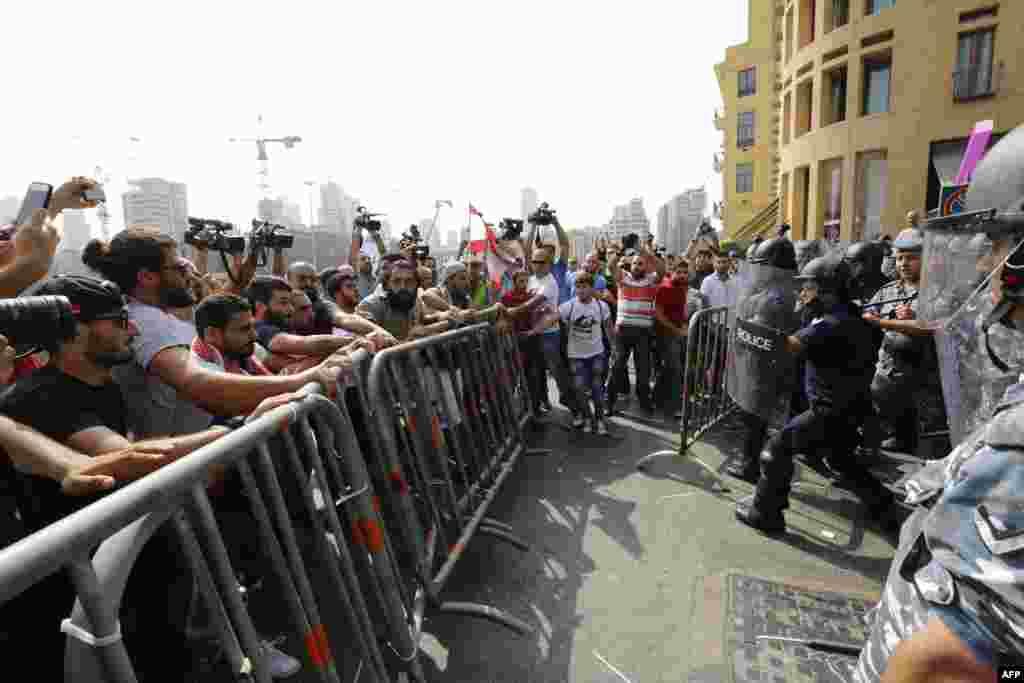 Не так давно власти Ливана объявили об открытии двух крупных свалкок в разных концах страны. Однако сортировку мусора так и не ввели На фото - протесты напротив министерства сельского хозяйства, 16 сентября 2015