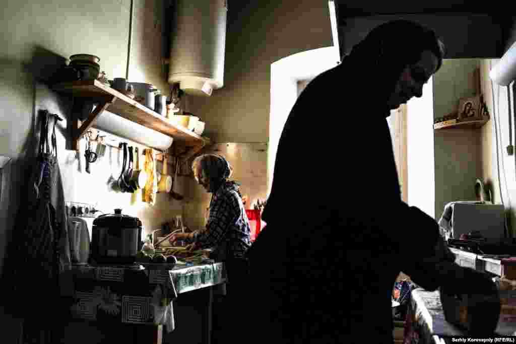 Надежда гототвит ужин для немногочисленных жителей монастыря