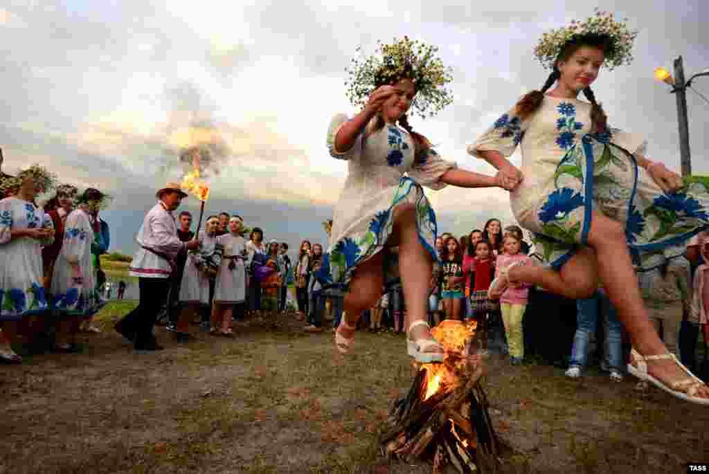 Молодежь празднует день Ивана Купалы в белорусском городе Туров (ТАСС/Виктор Драчев)