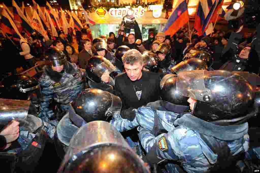ОМОН окружает Бориса Немцова во время оппозиционого марша на Триумфальной Площади в центре Москвы. Декабрь 2011