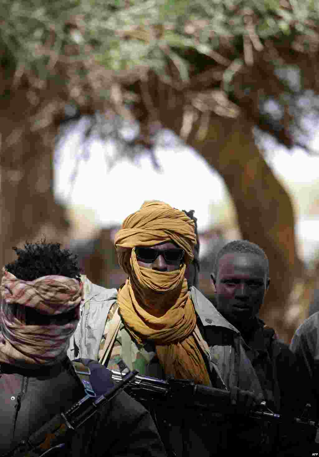 """С 2003 года по сегодняшний день в суданском регионе Дарфур идет межэтнический конфликт между разрозненными военными группировками и центральным правительством. ЮНАМИД, совместная миротворческая миссия Африканского союза и ООН, призвана установить мир в регионе. Но конвои миссии регулярно подвергаются нападениями грабежу со стороны группировок, которые либо продают оружие на черном рынке, либо оставляют его себе На фото – бойцы """"Объединенного фронта противостояния"""" в Судане во время встречи между военными и политическими лидерами группировок, представителями Африканского союза и ООН. Январь 2008 года"""