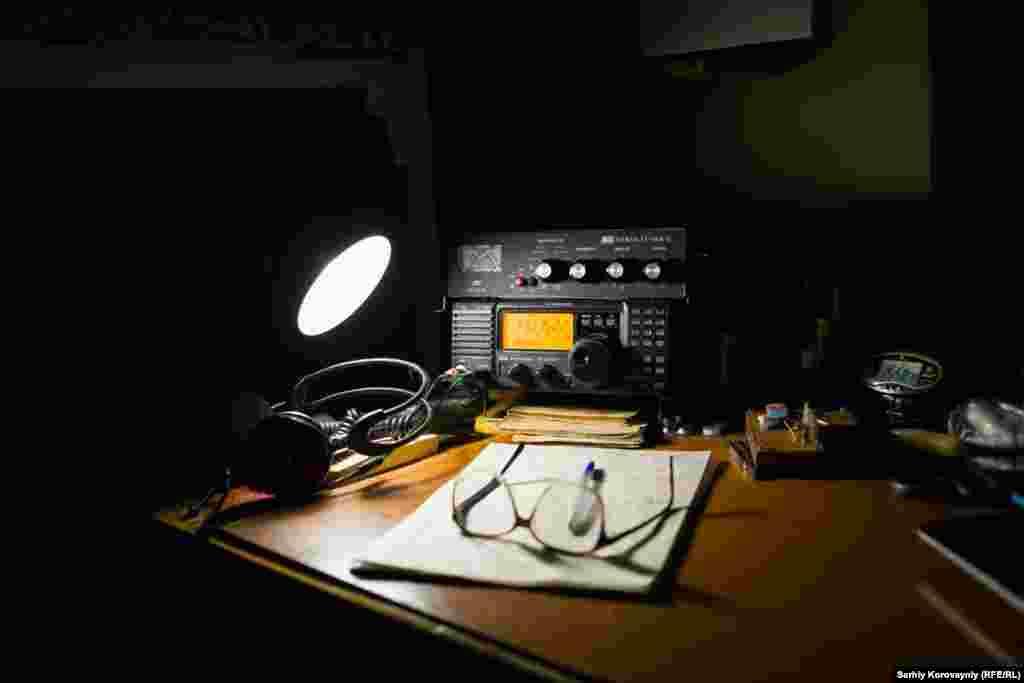 Еще несколько лет назад радио было единственным способом поддержания связи для жителей монастыря. В 2013 году на остров провели электричество. Теперь здесь есть и свет, и интернет