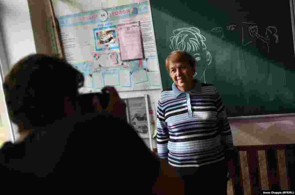 """Ван Хелтен посетил местную школу, чтобы сфотографировать 73-летнюю жительницу Марину Марченко, которую он выбрал для своего рисунка. """"Я увидел доброту в ее глазах, – говорит художник. – Мне бы также хотелось, чтобы моя работа имела местный колорит"""""""