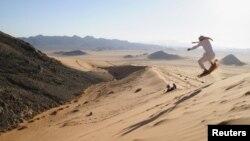 Человек на лыжах в пустыне близ города Табук, Саудовская Аравия