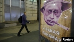 Плакат на остановке общественного транспорта, Москва, 6 апреля 2016