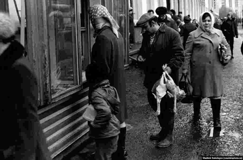 Люди толпятся у газетного киоска в Новокузнецке, 1982 год