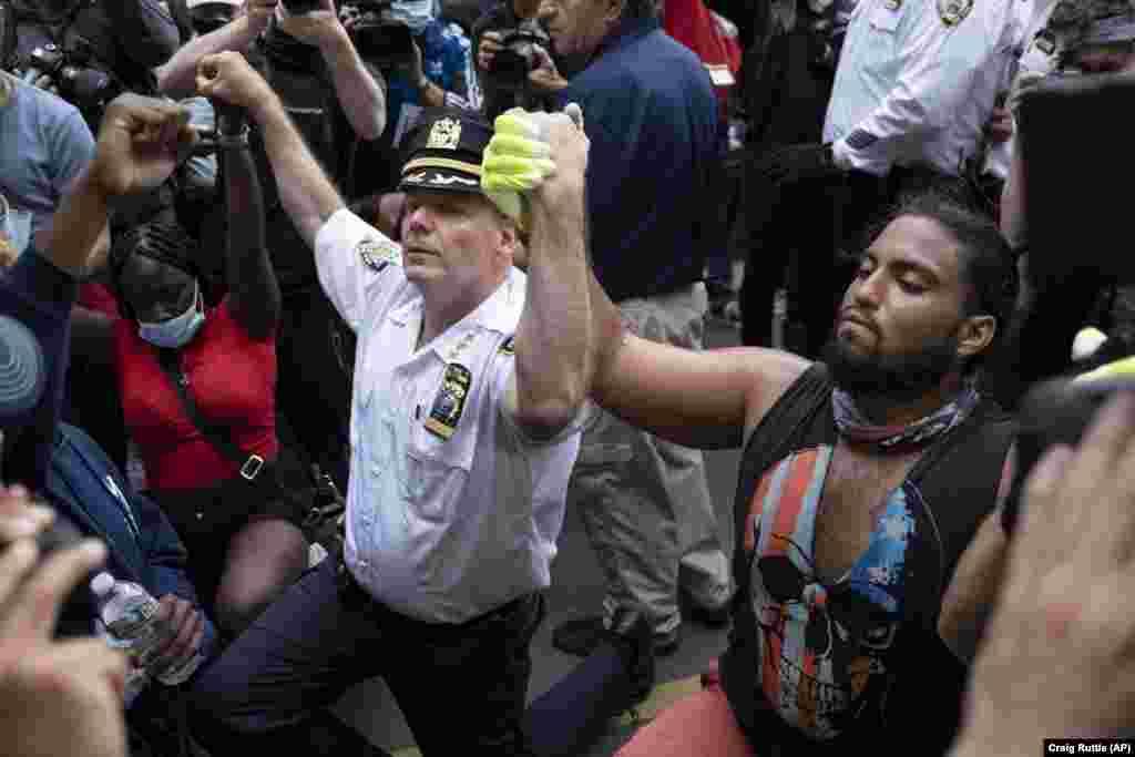 Начальник полиции Нью-Йорка Теренс Монахан преклонил колено перед протестующими. Нью-Йорк, 1 июня 2020