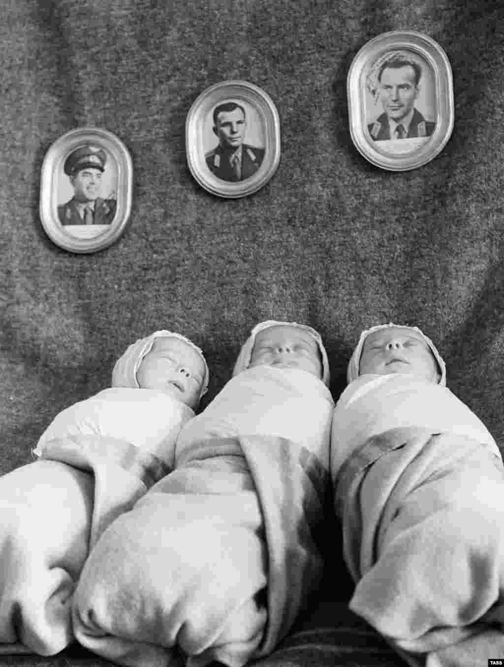 Новорожденные под портретами космонавтов, 8 февраля 1963 года. Фото Гагарина в центре. В 60-х имя Юрий стало одним из самых популярных в Советском Союзе