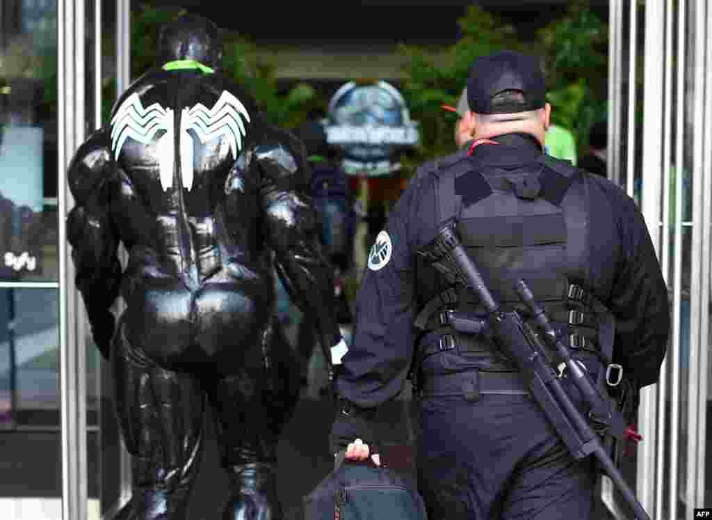 Чтобы злой двойник Человека-Паука не досаждал посетителям, его сопровождает охранник