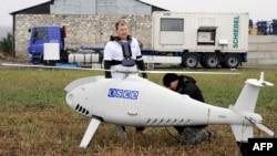 Невооруженный беспилотный летательный аппарат ОБСЕ перед испытаниями возле Мариуполя. 23 октября 2014