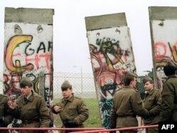 Пограничники из Восточного Берлина 11 ноября 1989 года. Фото: Reuters