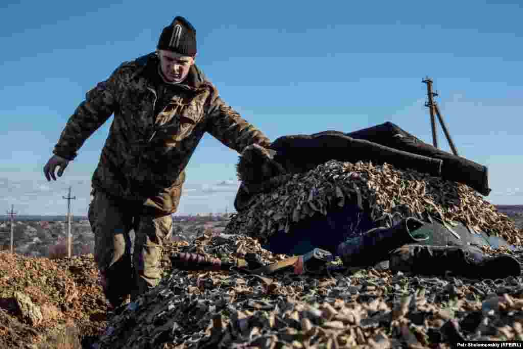 Украинский военный на позициях у поселка Зайцево