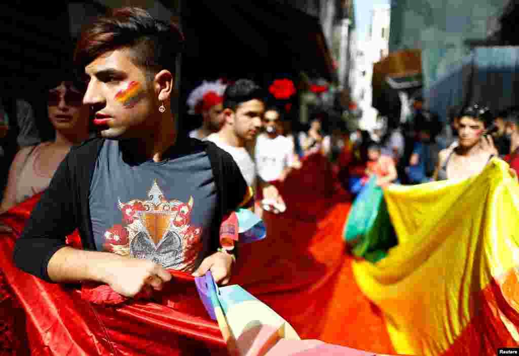 Дата парада вызвала возмущение среди консервативных турков – мусульмане сейчас отмечают один из главных религиозных праздников, священный месяц Рамадан