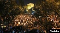 Начало митинга сторонников премьер-министра Армении у здания парламента 2 октября