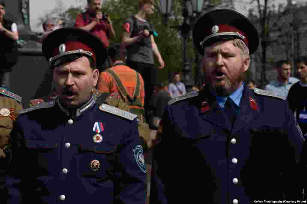 Члены НОД выстпают против собравшихся на митинге в Москве