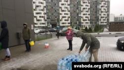 Минчане со всего города привозят жильцам Новой Боровой питьевую воду. Минск, Беларусь, 17 ноября 2020 года