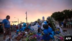 Цветы, возложенные в памяти полицейским, убитым в Далласе, 9 июля 2016