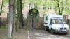 Без еды и за деньги. Постояльцев московского общежития заперли на карантин