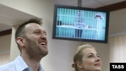 Алексей Навальный с женой Юлией в суде 17 февраля
