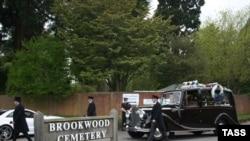 Похороны Бориса Березовского на кладбище в Бруквуде, графство Суррей, май 2013 года