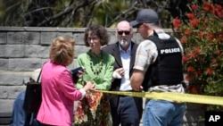 Прихожане синагоги в Сан-Диего говорят со шериффом после нападения