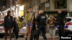 Полиция эвакуирует жильцов дома в Сен-Дени, где идет спецоперация