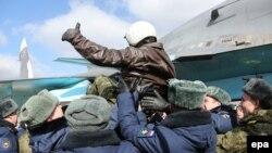 Российский военный прибыл на авиабазу в Воронеже из Сирии. 15 марта 2016