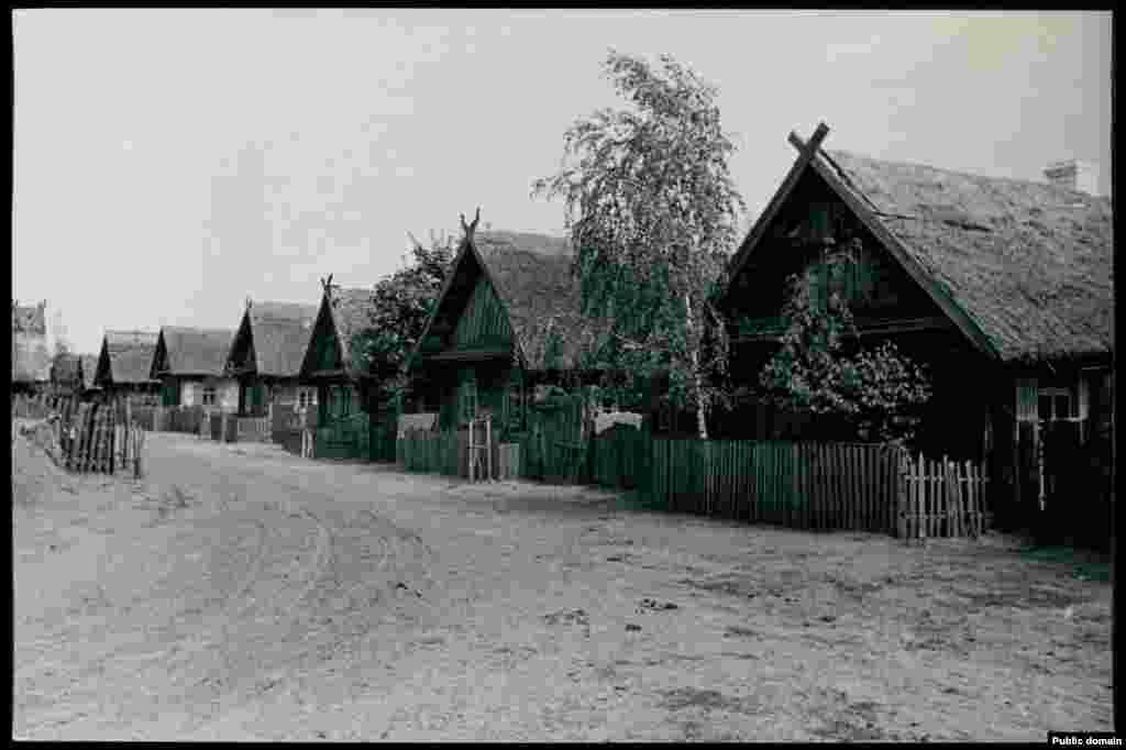 Деревня Городище в Брестской области. Полесские деревни как правило находились на большом расстоянии друг от друга, среди лесов и болот. Между ними почти не было дорог и люди в них жили уединенно, самостоятельно обеспечивая себя всем необходимым