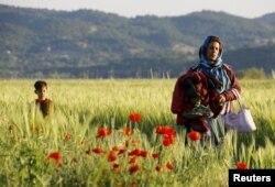 Беженка с детьми на греко-македонской границе. Май 2015
