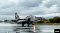 Российский военный самолет Су-25 на авиабазе Хмеймим в Латакии, 16 марта 2016 года