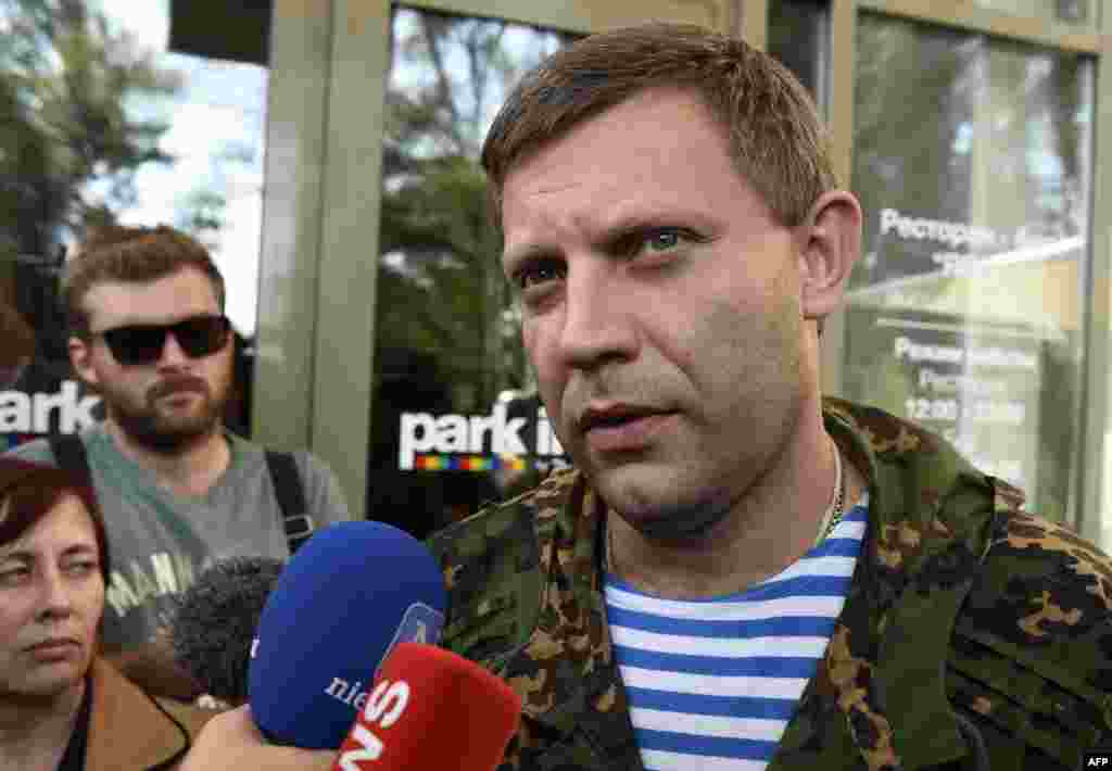 Ukraine -- Prime minister of the self-proclaimed Donetsk People Republic Alexander Zakharchenko (R) talks to journalists after a meeting with the OSCE supervisors, in Donetsk, September 15, 2014