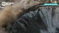 Рабочий погиб при разборке крыши спорткомлекса в Петербурге, кадры обрушения