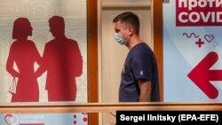 """Кремль констатирует тяжелую ситуацию с распространением коронавируса в России. Пресс-секретарь президента Дмитрий Песков отметил, что """"ревакцинация будет и является неизбежной"""""""