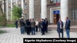 Бишкек. 22 апреля. Собравшиеся требуют освобождения Гульзат Аалиевой