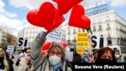 Сторонники закона об эвтаназии у парламента Испании, Мадрид, 18 марта, 2021