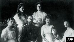 Николай II в окружении семьи, фото 1914 года