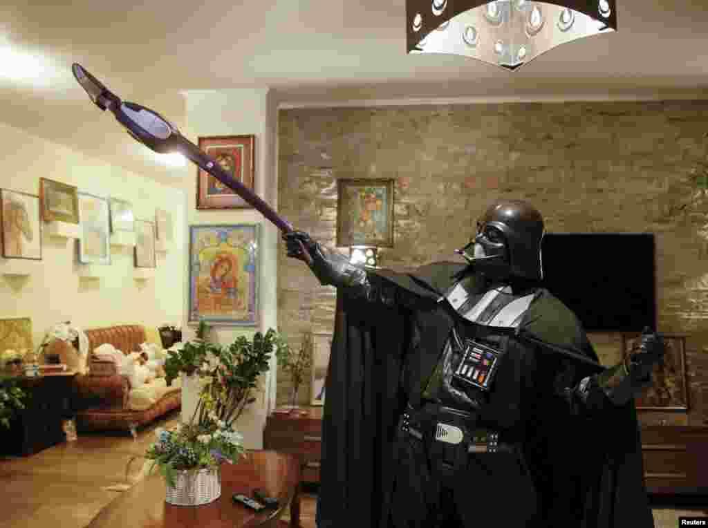Работы по дому хозяйственный одесский Дарт Вейдер тоже выполняет сам