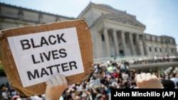 Протесты 19 июня напротив Бруклинского музея, Нью-Йорк
