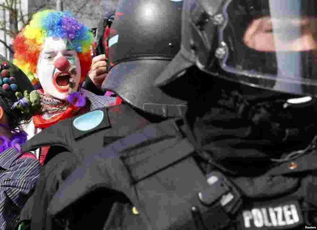 Демонстранты, многие из которых прибыли во Франкфурт из Италии, выступают с антикапиталистических и антиглобалистских позиций