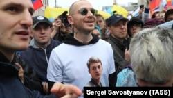 Рэпер Oxxxymiron в майке с фотографией арестованного Егора Жукова на акции протеста 10 августа