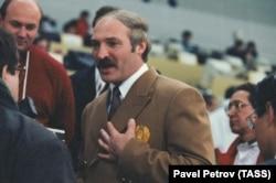 Президент Беларуси Александр Лукашенко беседует с журналистами после хоккейной игры между Россией и Беларусью в Нагано, 18 февраля 1998 года