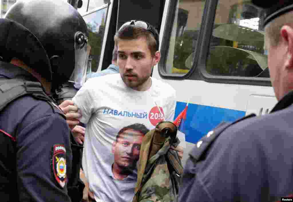 Полиция задерживает человека в майке с символикой президентской кампании Алексея Навального, Москва