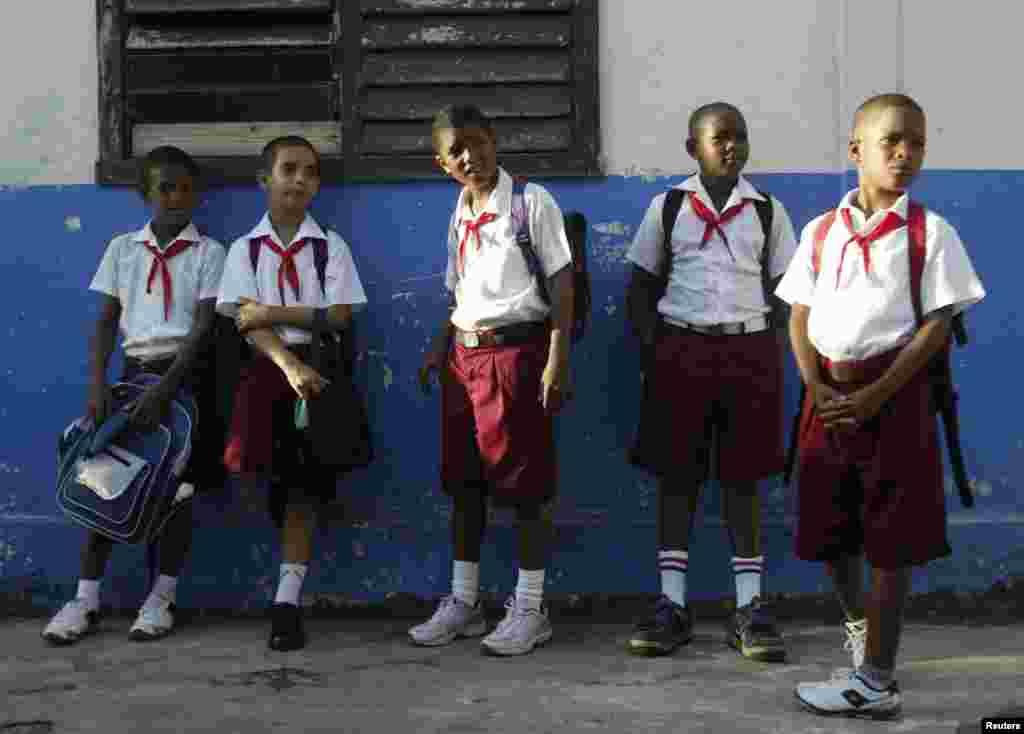 На коммунистической Кубе школьники тоже носят пионерские галстуки
