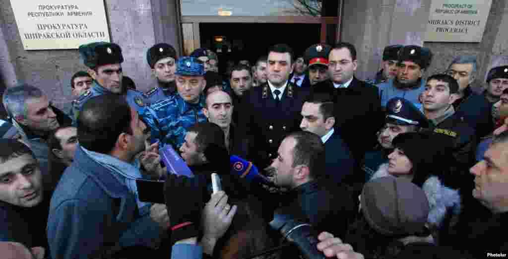 Армения - Генеральный прокурор Геворк Костанян обращается к протестующим в Гюмри, 15 января 2015 г.