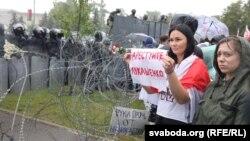 """Участники """"Марша единства"""" в Минске у оцепления, выставленного возле президентского дворца. 6 сентября 2020 года"""