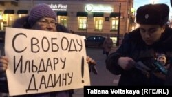 Одна из участниц акции в поддержку Ильдара Дадина, Санкт-Петербург, 23 марта 2016