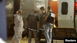 Полиция осматривает место происшествия в поезде Thalys