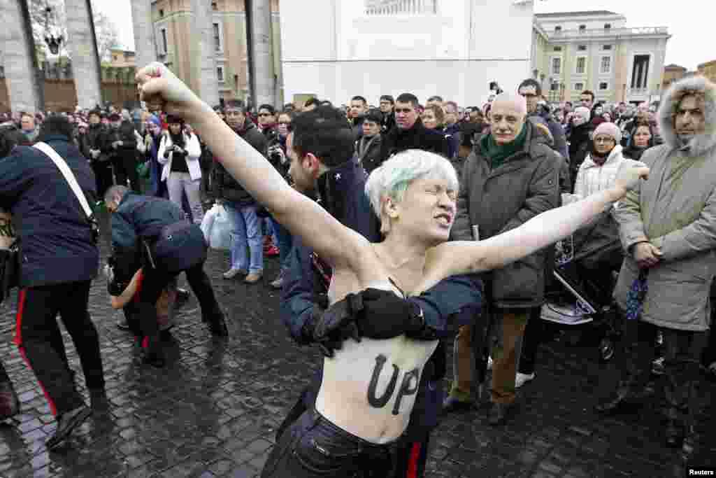 Задержание активистки движения Femen во время проповеди Папы Бенедикта XVI в Ватикане.Январь 2013 года