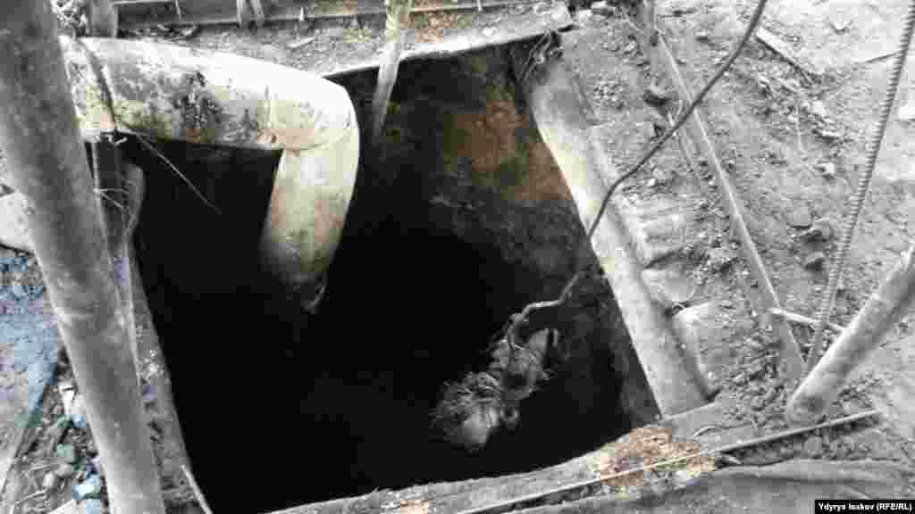 Спуск в шахту узок.